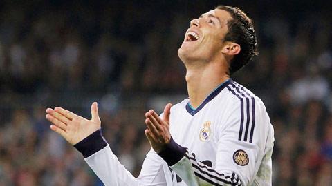 """Ronaldo khổ sở vì… """"CR7"""""""