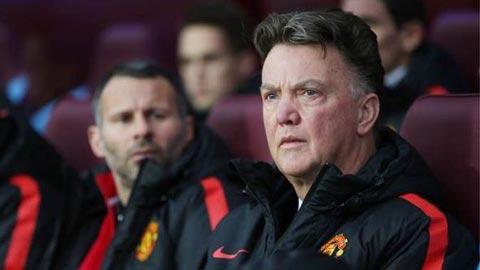 Vì sao Van Gaal luôn ngồi lì trên băng ghế chỉ đạo?