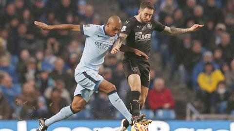 Man City 2-2 Burnley: Man xanh gặp họa vì khinh địch!