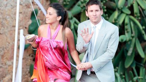 """Messi """"ăn đứt"""" CR7 về cưới xin"""