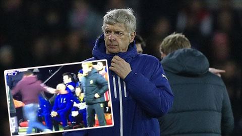 HLV Wenger bị CĐV xúc phạm ngay trên sân