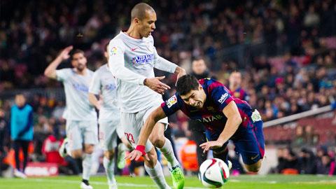 """Luis Suarez: Từ """"người xả đạn"""" đến """"người tiếp đạn"""""""