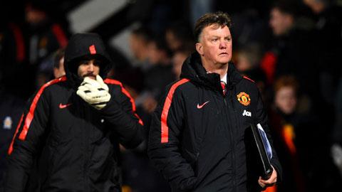 Van Gaal đổ lỗi cho mặt sân và trọng tài sau trận hòa Cambridge