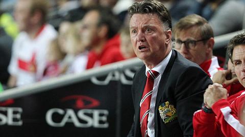 Van Gaal đang phung phí thời cơ gia cố hàng thủ M.U