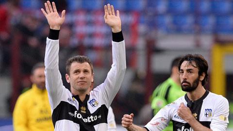 Cassano rời Parma do bị nợ lương