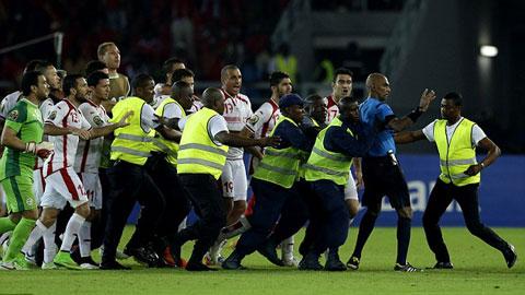 """Bị loại tức tưởi, cầu thủ Tunisia đòi """"tẩn"""" trọng tài"""