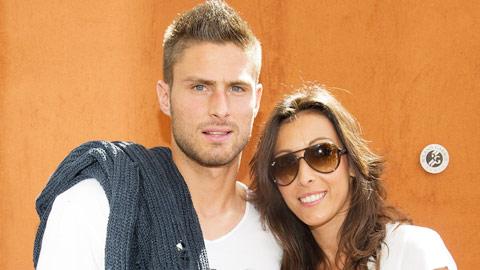 """Vợ Giroud phát sốt vì chồng """"hot"""" nhất"""