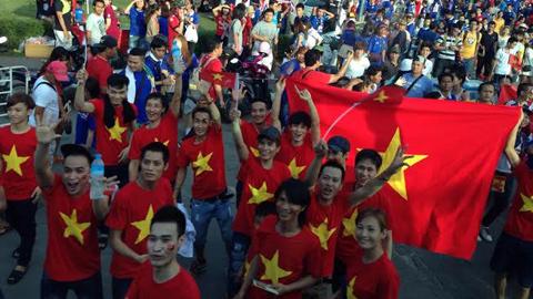 CĐV Việt Nam rực đỏ trong 'biển xanh' người Thái