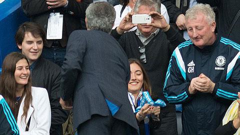 Mourinho trao HCV cho con gái ngay sau lễ đăng quang Premier League