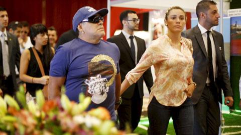 Maradona đi buôn thì lời, lấy vợ thì trẻ