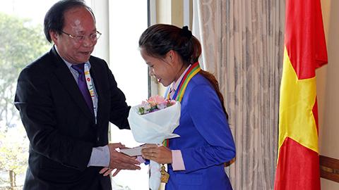 VĐV Thanh Phúc được nhận HCV SEA Games 27