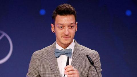 Oezil giành giải thưởng Đại sứ bóng đá Đức