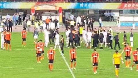Trọng tài hành hung HLV ở trận đấu tại Trung Quốc