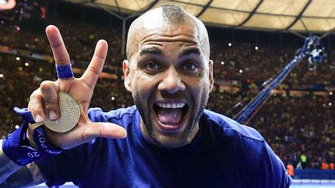 Dani Alves bất ngờ ở lại Barca thêm 2 năm