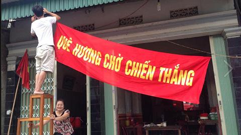Mẹ Phi Sơn giăng biểu ngữ cổ vũ U23 Việt Nam