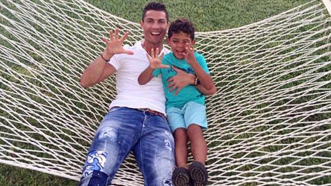 Ông bố đơn thân Ronaldo mừng sinh nhật con trai lên 5
