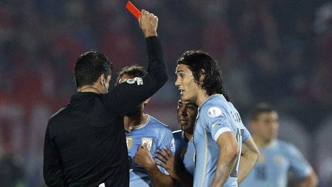 HLV Tabarez công kích trọng tài vì chiếc thẻ đỏ của Cavani