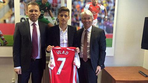 Arsenal ký hợp đồng 3 năm với thần đồng người Romania