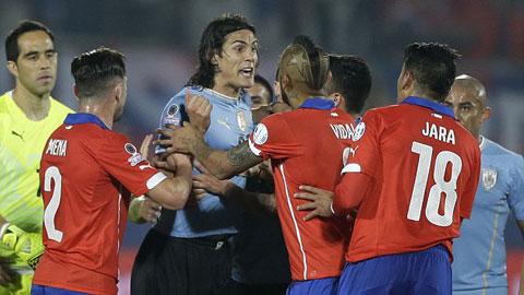 Jara sẽ bị treo giò hết Copa America sau hành vi khiếm nhã với Cavani