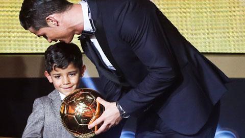 Con Ronaldo lên 5 đã chơi bóng như bố