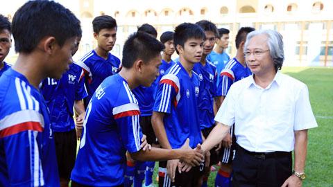 Trưởng BTC giải Nguyễn Văn Phú thăm và động viên các đội bóng