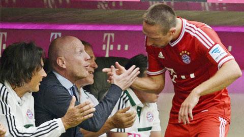 Sếp Bayern phủ nhận việc mua Douglas Costa là để thay thế Ribery