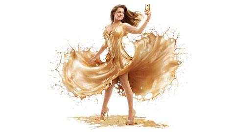 Kelly Brook 'tắm vàng' để quảng cáo cho HTC One M9