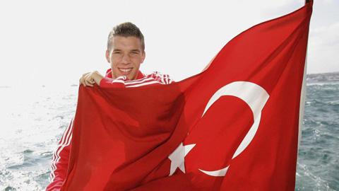 Podolski sang Galatasaray kiểm tra y tế