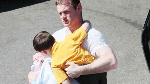 Muốn đủ nếp tẻ, Rooney lại bắt vợ đẻ