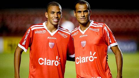 Cha con Rivaldo cùng nhau ghi bàn giúp đội nhà chiến thắng