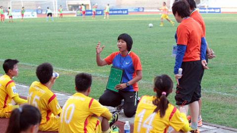 """HLV Đoàn Thị Kim Chi lần đầu làm trợ lý ở ĐTQG nữ: Nấc thang mới của """"cô gái vàng"""""""