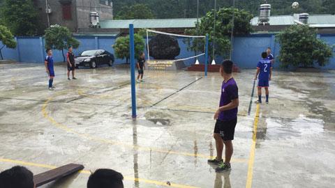 Chờ tiếp đón HA.GL, Than.QN tập trên sân…bóng chuyền