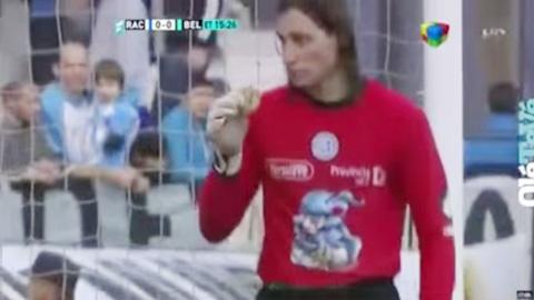 Fan ném hamburger xuống sân, thủ môn nhặt ăn ngon lành