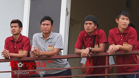 """Vừa có mặt ở Hà Nội, U19 Lào tranh thủ """"ngắm giò"""" U19 Việt Nam"""