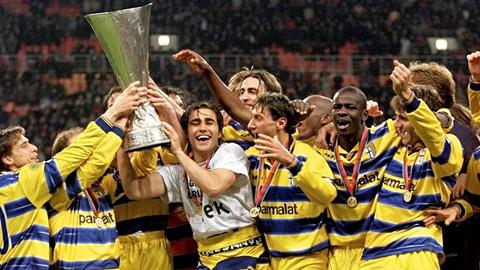 Parma rao bán cúp để trả nợ