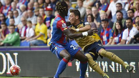 Wenger tâng bốc Oezil, bảo vệ Sanchez