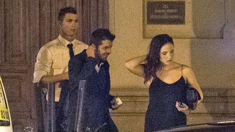 Ronaldo đi chơi đêm với gái lạ