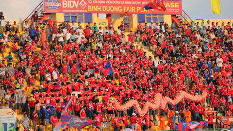 Khán giả đến cổ vũ trận chung kết cúp Quốc gia được tặng bóng