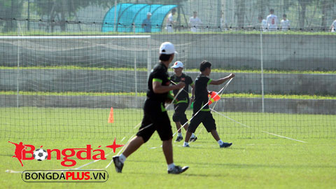 HLV Miura đo sân tập và kiểm tra chấn thương cầu thủ
