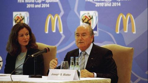 Các nhà tài trợ rủ nhau yêu cầu Blatter từ chức