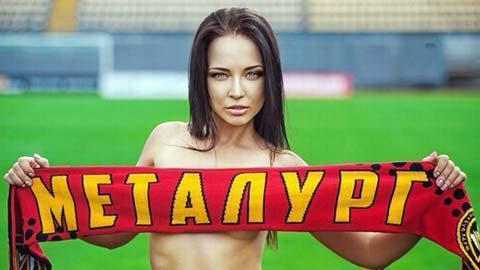 Sau giờ bóng lăn 7/10: Siêu mẫu Ukraine tụt đồ quyên tiền cứu đội bóng