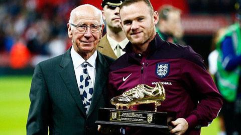 Rooney vinh dự được nhận giày vàng từ Sir Bobby Charlton