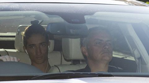 Mourinho rời sân tập Chelsea với tâm trạng căng thẳng