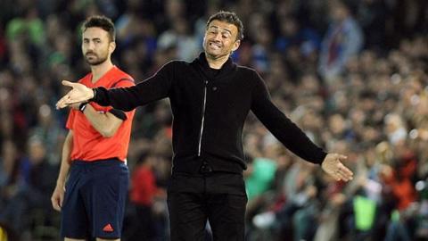 Enrique bảo vệ học trò dù Barca hòa đội bóng thợ nề & y tá