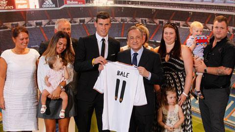Bale cùng gia đình và chủ tịch Florentino Perez trong ngày ra mắt Real