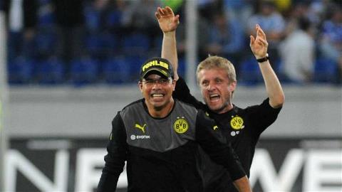 HLV David Wagner (trái) đã quyết định thay Bandowski, nhưng cầu thủ này vẫn tiếp tục thi đấu