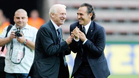 Như Trapattoni, Prandelli (phải) cũng sẽ tuyên bố rời Azzurri