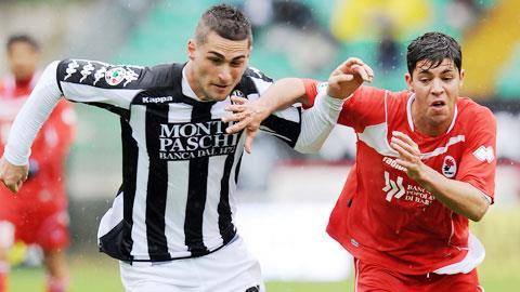 Với thực lực mạnh và tham vọng lên hạng, Siena (trái) nhiều khả năng giành 3 điểm