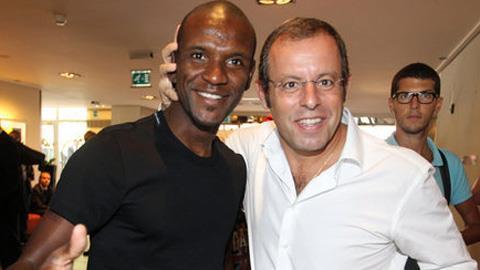 Abidal (trái) và Sandro Rosell cùng có mặt tại Monaco