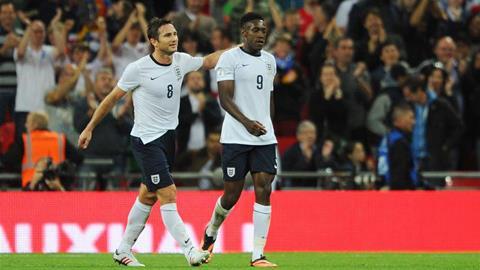 Lampard (trái) sắp đạt cột mốc 100 lần khoác áo đội tuyển Anh